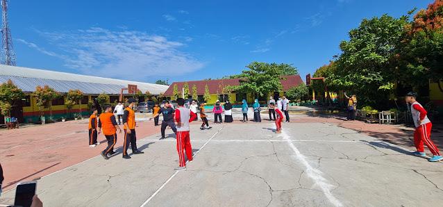 Hj.Titiek Sugiharti Surya Dampingi Pelajar SMPN 3 Kisaran Mengambil Gambar Lomba Vlog Permainan Olahraga Tradisional