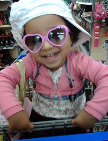 Foto keren anak kecil memakai kacamata pink