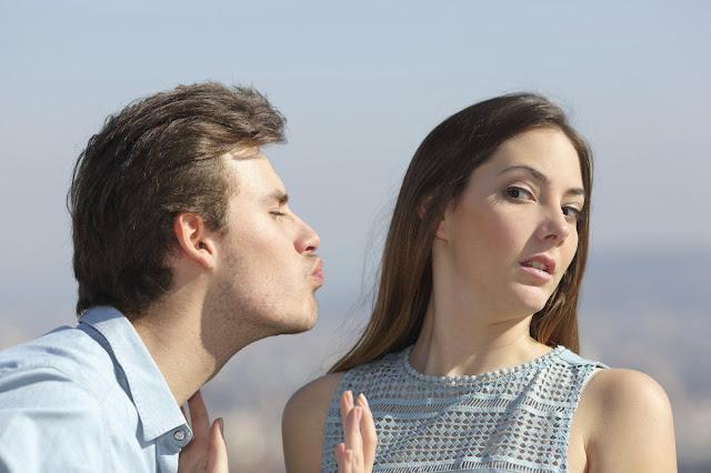 Cara insistente tentando beijar mulher