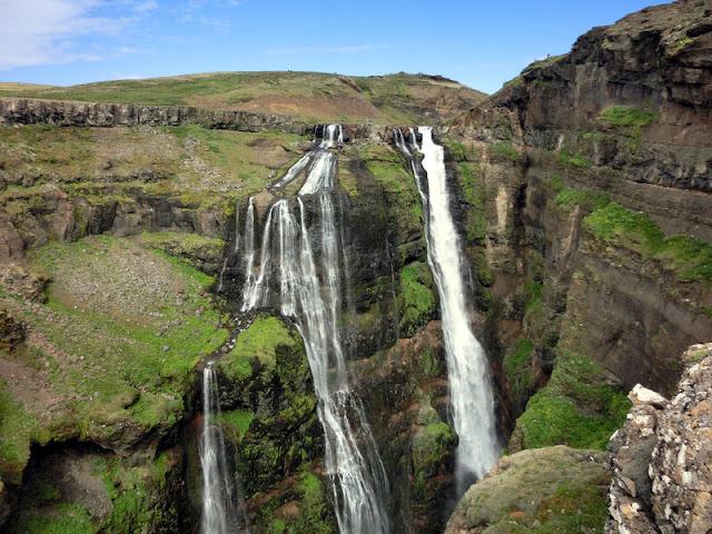 """Với đỉnh thác trên độ cao 198 m, Glymur là thác nước cao thứ hai của """"vùng đất lửa và băng"""". Nằm ở vịnh hẹp Hvalfjordur phía Tây, Glymur được nuôi dưỡng bởi dòng sông Botnsa và rơi xuống hẻm núi xanh rêu hùng vĩ. Soán ngôi thác nước cao nhất trong nhiều năm liền của Glymur là Morsarfoss, dòng nước băng tan chảy mới nổi từ năm 2007. Morsarfoss có độ cao khoảng 228 m, vẫn còn tương đối xa lạ và khó tiếp cận."""