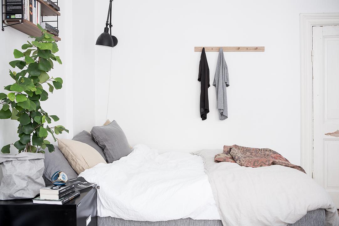 JAK Wydzielić strefę sypialnianą w kawalerce? miejsce na łóżko w kawalerce