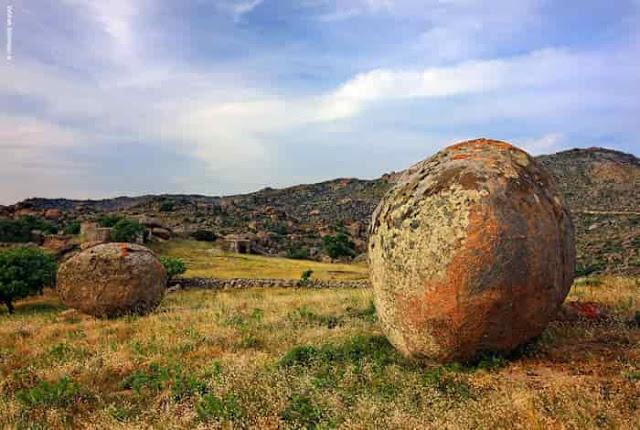 Τήνος: Οι τεράστιοι μονόλιθοι που σύμφωνα με τον μύθο αποτελούν απομεινάρια της Τιτανομαχίας