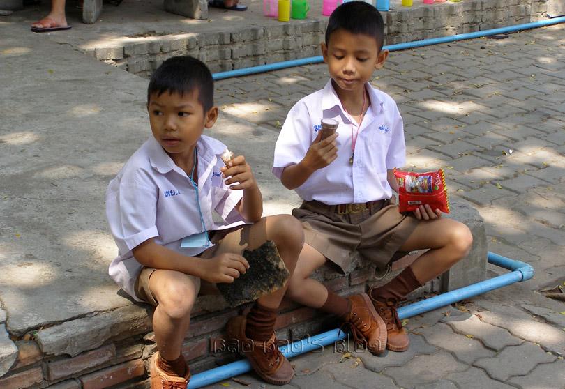 http://1.bp.blogspot.com/-IUzqpLiD7FI/UDuyd3-wUyI/AAAAAAAAGPI/SW-lsOk-n-g/s1600/Thai%2BSchool%2BBoys%2Benjoying%2Ba%2Btreat%2Bat%2Bschool.jpg