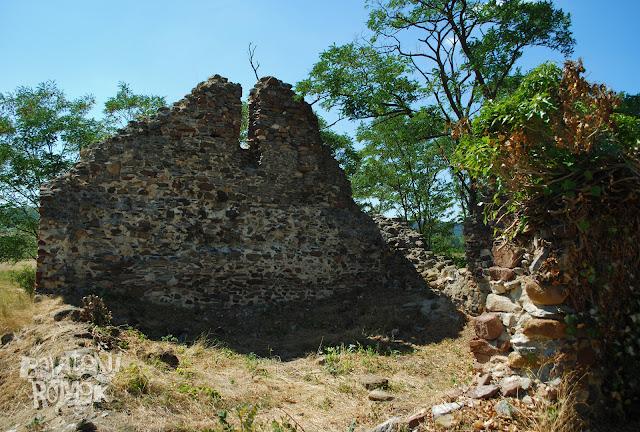 A romtemplom magasan álló nyugati fala, alacsonyabb északi és közepes állapotú déli fal.