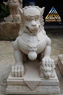 Patung foo dogs dibuat dari batu alam