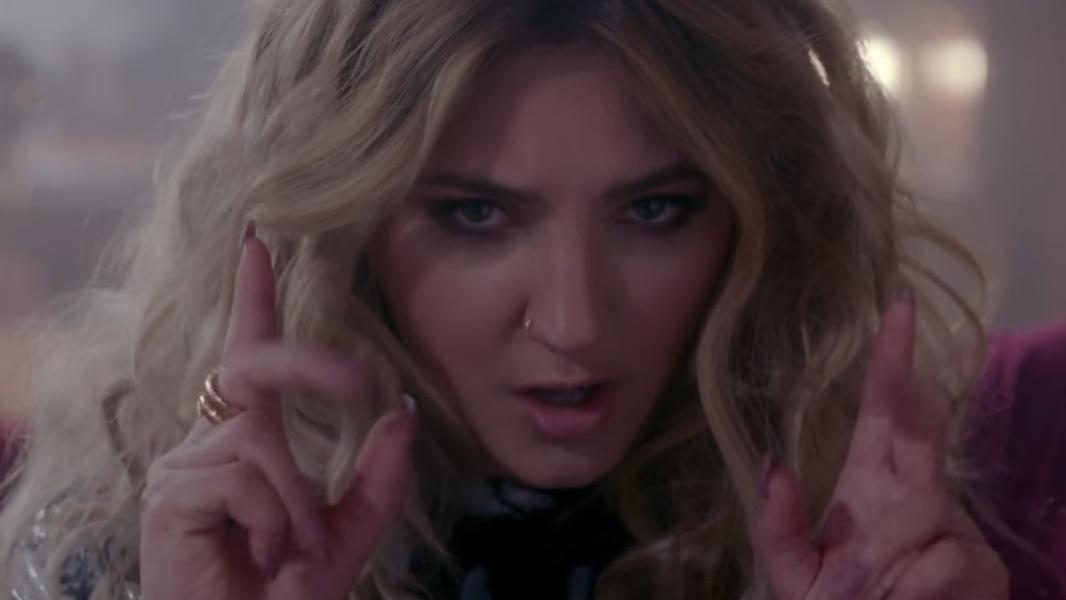 """Sem quase nenhuma divulgação, """"Issues"""" já se encontra no Top 30 da Billboard. VAI, JULIA!"""