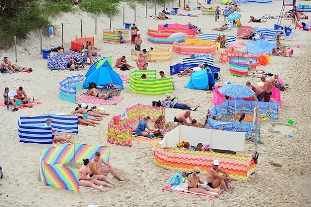 antyporadnik plażowania - parawaning - zakaz załatwiania potrzeb fizjologicznych - Janusz i Grażyna na plaży - blog parentingowy- blog rodzicielski - madka & tateł - swimming coffin - coffin pool float