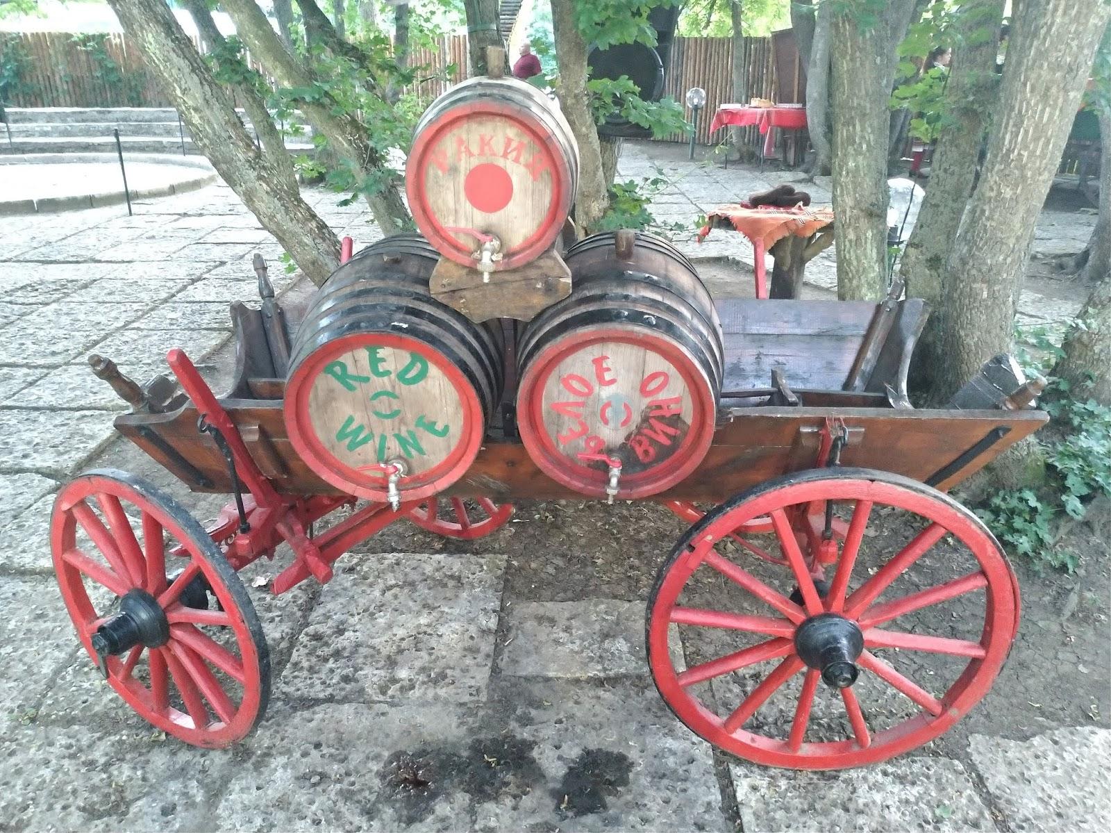 bułgarska biesiada na wycieczce, restauracja Piknik Bivaka, beczki z alkoholem