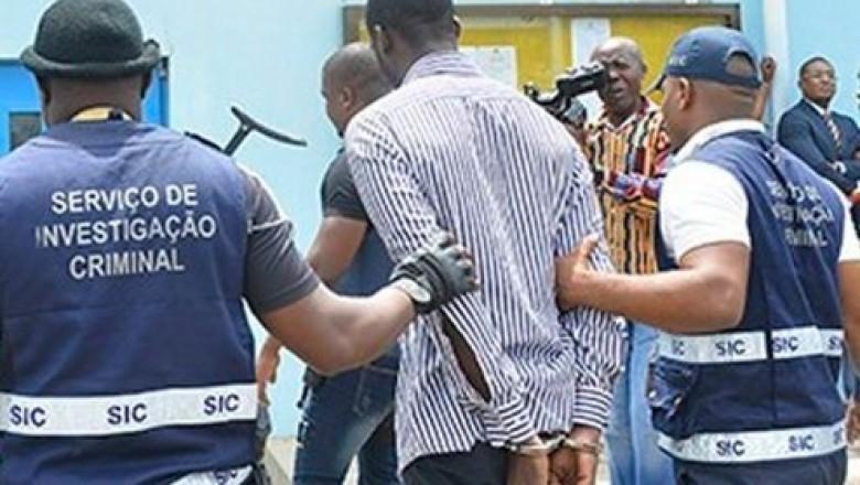 O Serviço de Investigação Criminal (SIC), deteve o director do Complexo Escolar nº384, nesta segunda-feira, por ter reproduzido e vender enunciados de provas para colégios privados no valor de 10 mil kzs.