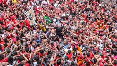 A foto mostra Lula nos braços do povo no sindicato dos metalúrgicos em São Bernado do Campo, abc-sp.
