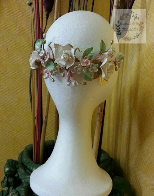 semicorona vintage con hojas y flores en tonos pastel