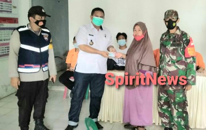 Bhabinkamtibmas Dan Babinsa Kelurahan Kalabbirang Lakukan Pengamanan Penyaluran Dana BST