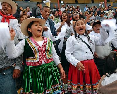 aficionadas taurinas arequipeñas piden oreja novillero peruano quiñonez