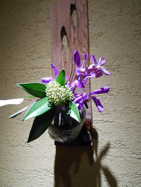 廊下に飾られた生け花