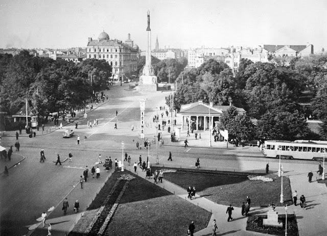 "1959 год. Рига. Улица Ленина и бульвар Падомью. Часы ""Лайма"""