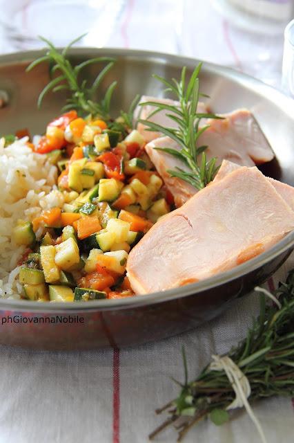 Riso Jasmine con fesa di tacchino al rosmarino e verdure saltate in padella