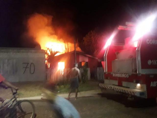 Casa é destruída por incêndio em Guajará-Mirim