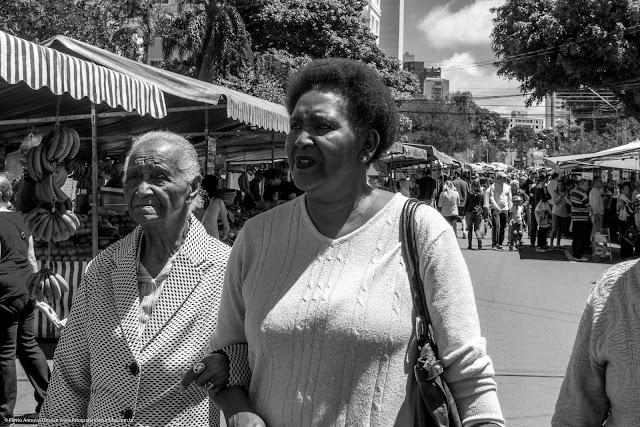 Duas senhoras na feira do sábado.