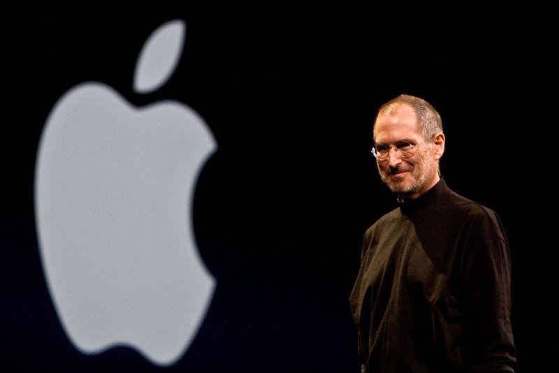 Стив Джобс на фоне логотипа эпл