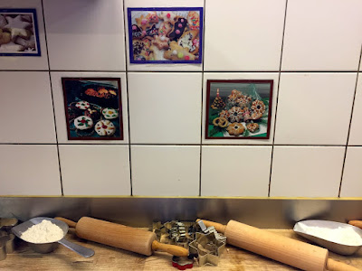 Alles ist für uns vorbereitet. Keksausstecher mit Weihnachtsmotiven und genug Mehl um den Mürbteig auch tatsächlich ausrollen zu können. © diekremserin on the go