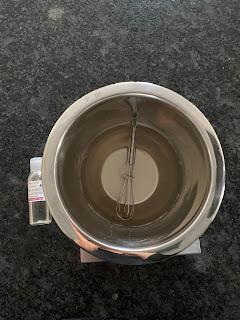 Etape 3  pour la fabrication de l' Eau nettoyante pour bébé à la fleur d'oranger : ajout de l'eau micellaire