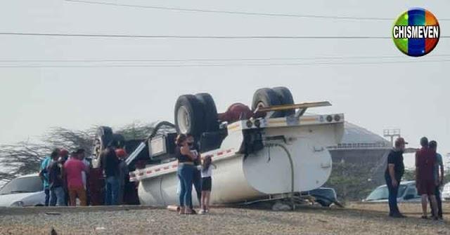 """Solo en Venezuela puedes llegar a ver un camión cisterna """"patas parriba"""""""