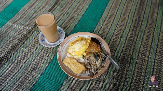 Nasi Pecel di Warung Lesehan Bu Tia Sirah Kencong
