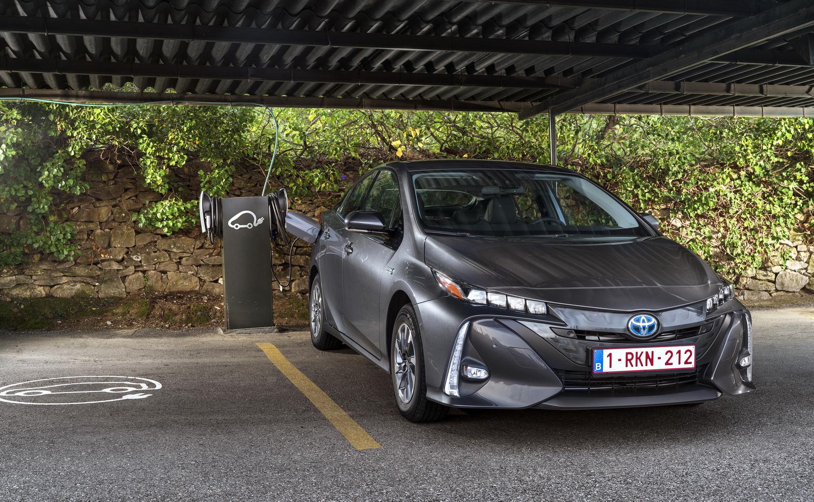 2016 - [Toyota] Prius IV - Page 14 2017-Toyota-PriusPHEV-100
