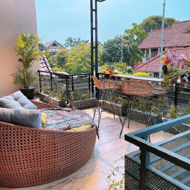 Desain Balkon Rumah Minimalis dengan Kursi Rotan
