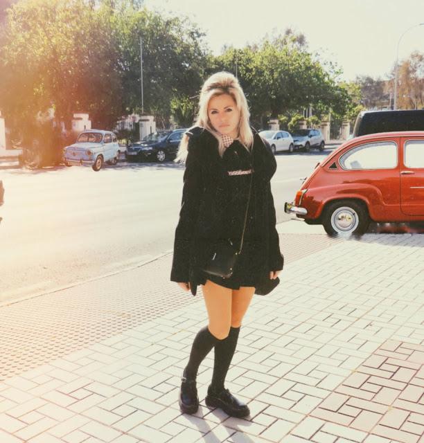 Alejandra Colomera vestida estilo años 60/70 para exposición Brigitte Bardot