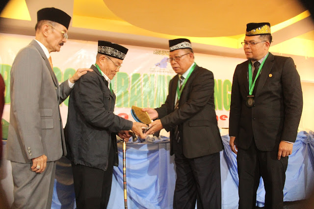 Maranao Top 90 cadre receives the Kampilan Award from Bangsa Mranaw Congress