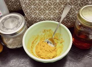 Cách làm mặt nạ từ bột nghệ và mật ong là gì?