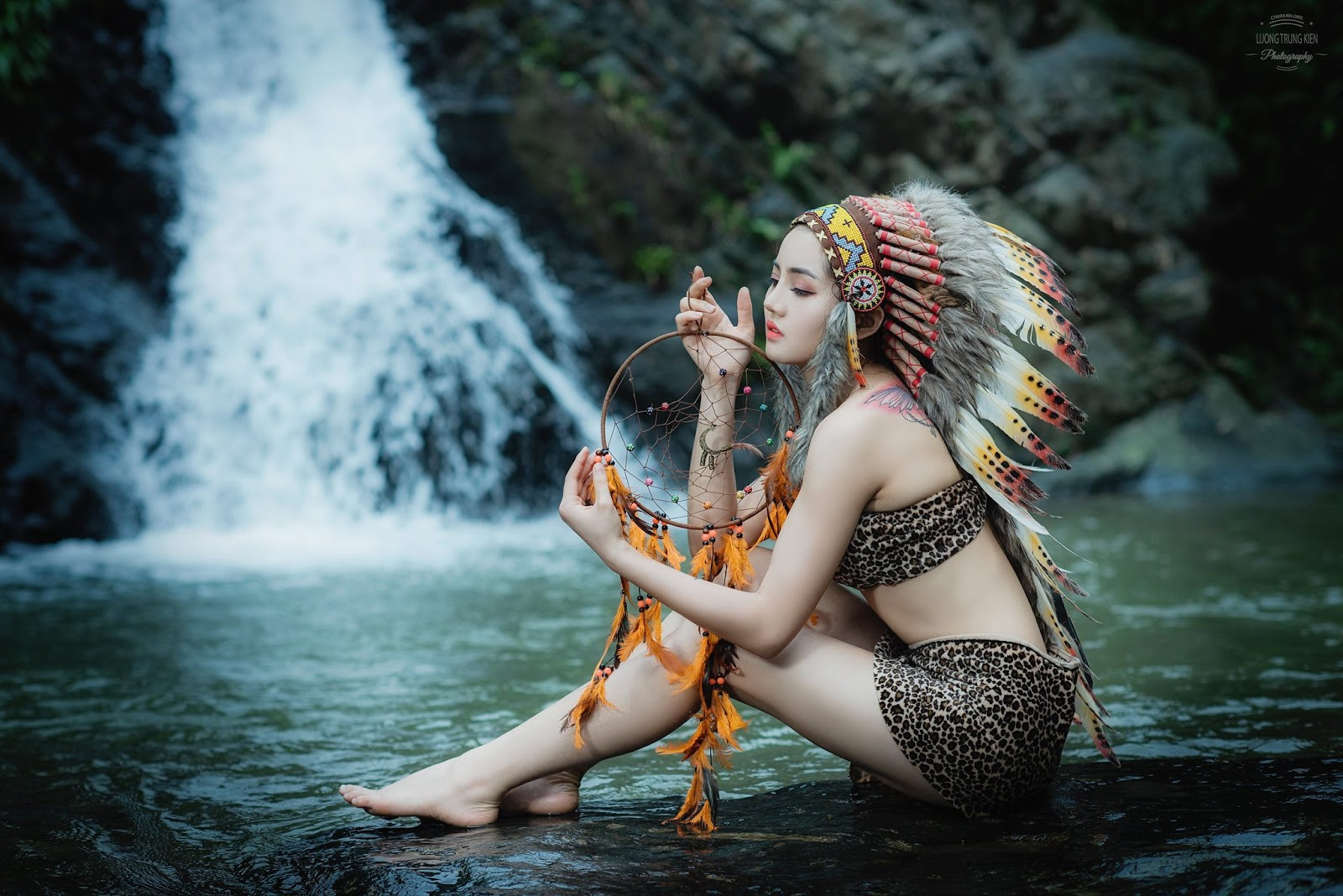 Ngắm nữ thổ dân Bùi Châu Sa vô cùng gọi cảm với trang phục thổ dân