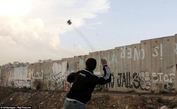 lempar+batu+warga+palestina.jpg (608×376)