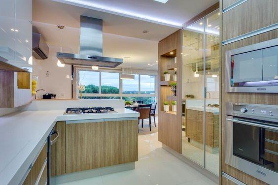 cozinha-contemporanea-madeira-e-vidros-espelhados