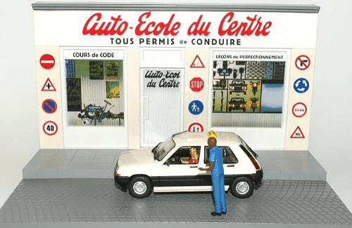 Diorama y el coche de la Escuela de Conducción en escala 1/43