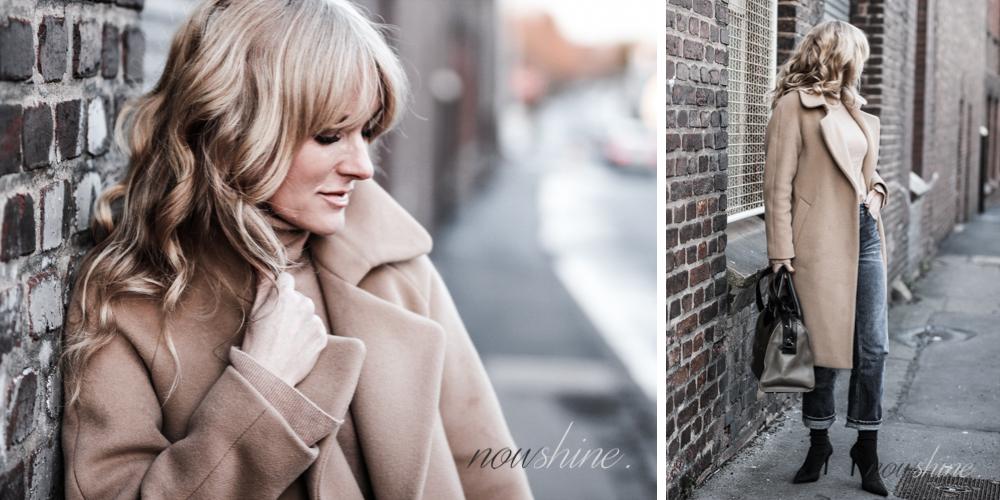Nowshine trägt einen Mantel und Rollkragenpullover in Camel zu Jeans/ ü40 Blog