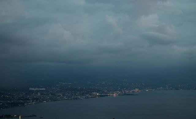 Kerlip malam Kota Manado dari jalur sebelah kanan jalan menuju tahura Gunung Tumpa H.V Worang ©JelajahSuwanto