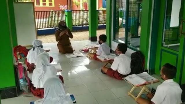Sekolah Daring Dinilai Tak Efektif, Guru SD Buka Kelas di Masjid
