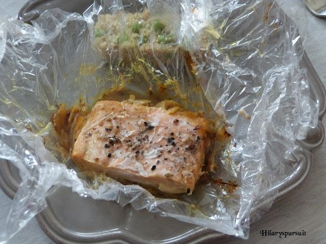 Papillote de saumon au curry et quinoa aux petits pois
