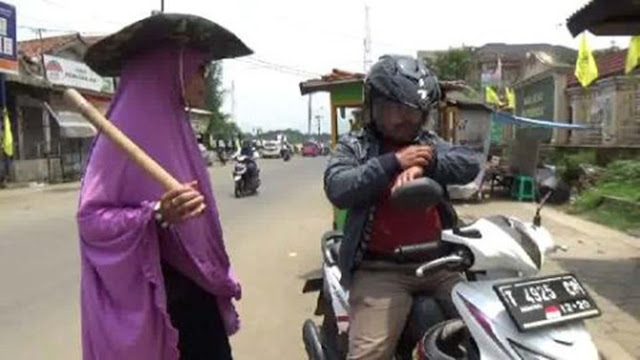 Di Purwakarta, Lelaki Yang Tidak Berangkat Shalat Jumat Akan Dipukul Oleh Mak Gober!
