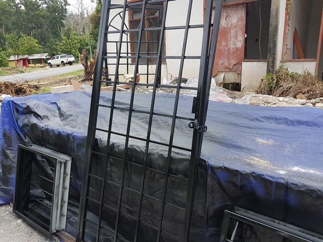 cat gril tingkap rumah