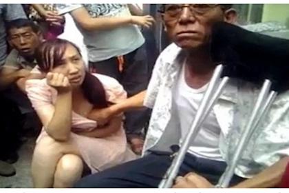 Menjijikkan, Pria Ini Meramal Wanita dengan Cara Menyentuh Payudara