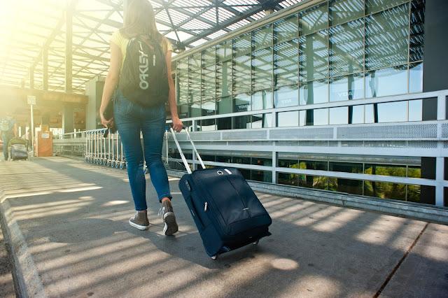 Mantente segura mientras viajas sola con estos consejos