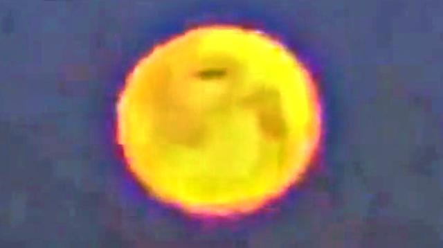 Enorme ovni pasa frente a la luna sobre Chicago, 26 de febrero de 2021