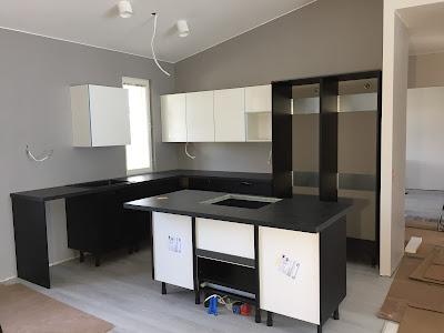 mustavalkoinen keittiö, puustellin keittiö, keittiönasennus, musta-valkoinen keittiö