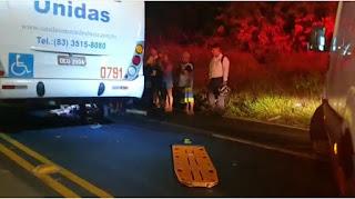 Ônibus colide e atropela ciclista, na PB, veículo acabou passando por cima das penas da vítima