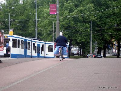 Монахиня на велосипеде в Амстердаме