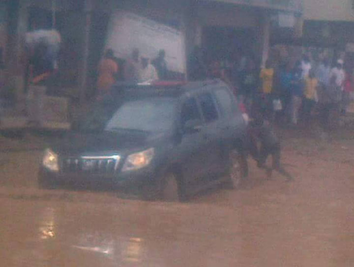 See what happened after Police chief's SUV got stuck in Aba