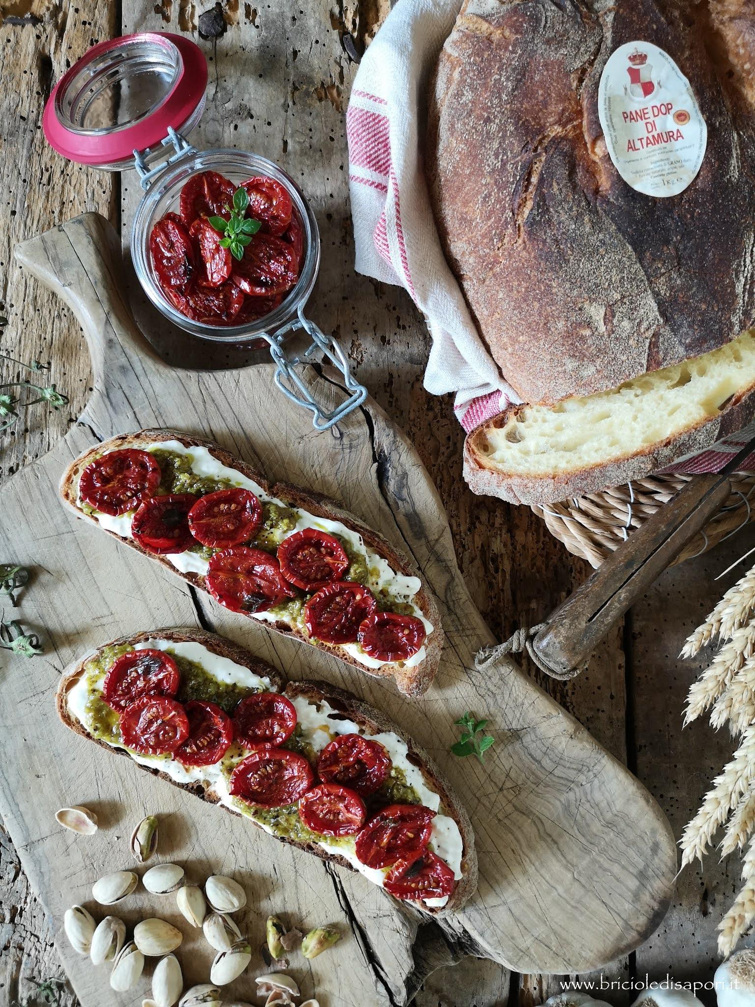 bruschette con stracciatella pesto di pistacchi e pomodorini confit
